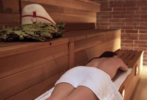 девушка лежит в бане